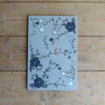 Blå skärbräda med mörkblå rosor och blå sommarblommor
