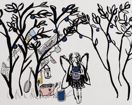 Älva i ett utekök i ett blåbärsris, hon håller en bunke med blåbär och har gjort blåbärssaft