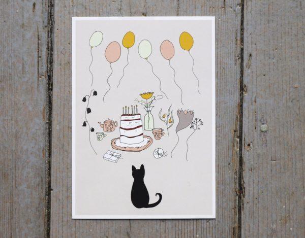 En svart katt framför en tårta, presenter och ballonger