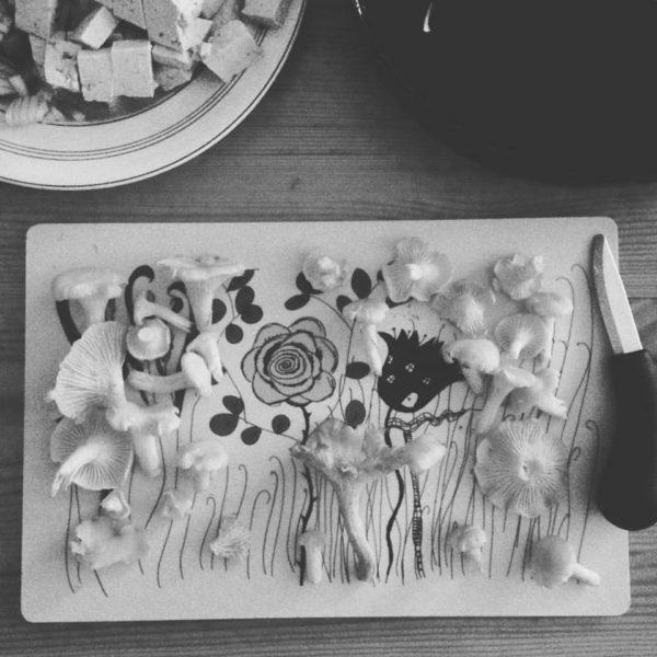 Svensktillverkad skärbräda med kantareller på, svartvit bild