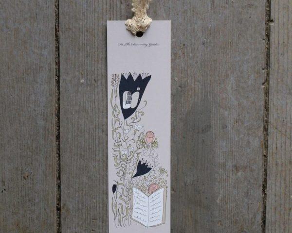 Bokmärke med blommor och böcker med vit spets