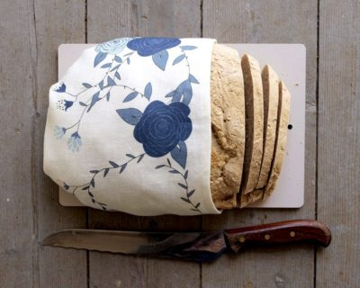 Vit kökshandduk med blå rosor