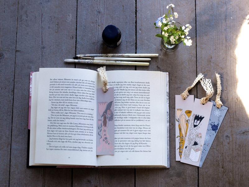 Bokmärken i bok, bläck, penslar och vilda blommor
