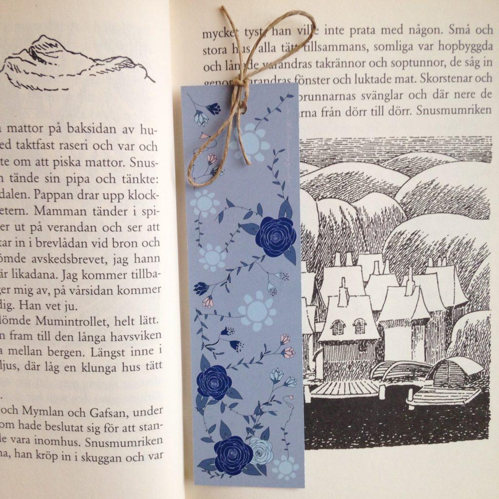 Bokmärke blå rosor i boken Sent i november av Tove Jansson