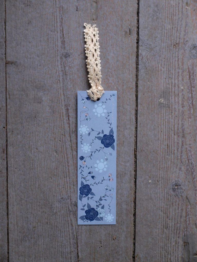 Blått bokmärke med vit spets