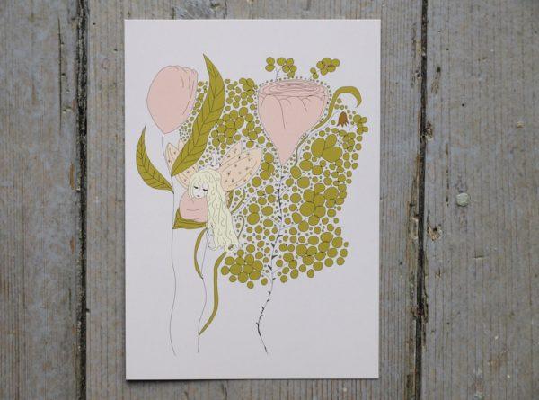 Älva i rosa klänning som vilar på ett blad till en rosa ros