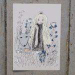En prinsessa med långt, ljust, lockigt hår och en grå hund bland ängsblommor