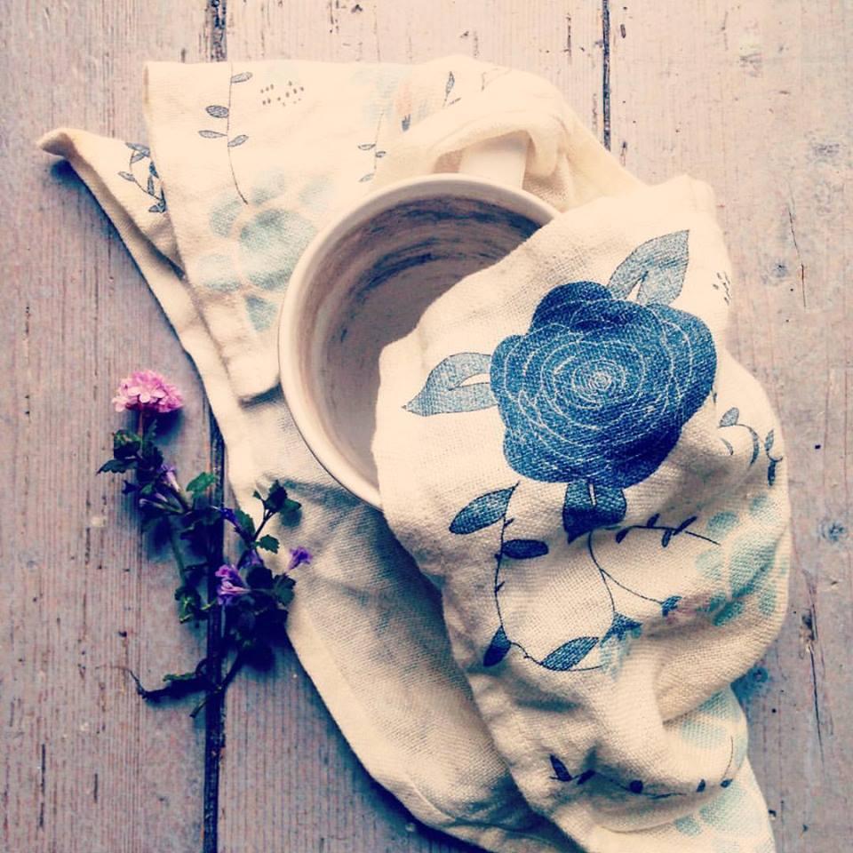 Grossist av ekologisk inredning och kort, bilden visar kökshandduk, mugg och blomma