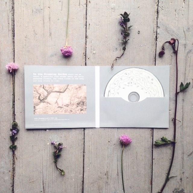 """Musik-EP:n """"Before it Was, It Was Dreaming"""" på ett lantligt golv med blommor"""